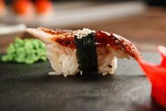 Frische japanische nigiri Sushi mit Aal, schwarzer Schiefer Stockfotos