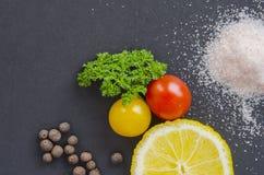 Frische köstliche Bestandteile für das gesunde Kochen oder Salat, der auf Hintergrund des dunklen Schwarzen, Draufsicht, Fahne ma Lizenzfreie Stockfotos