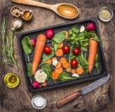 Frische köstliche Bestandteile für das gesunde Kochen oder Salat, der auf rustikalem Hintergrund, Draufsicht Diät oder Vegetarier lizenzfreie stockbilder