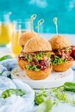 Frische köstliche Burger in der Form des Fußballfußballs, lizenzfreie stockfotografie