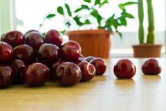 Frische köstliche Kirschen auf dem Tisch Lizenzfreie Stockfotos