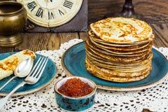 Frische köstliche Pfannkuchen mit rotem Kaviar Stockfoto