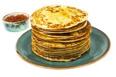 Frische köstliche Pfannkuchen mit rotem Kaviar Stockbilder