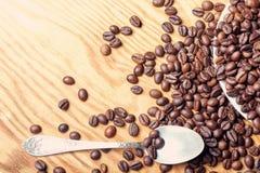 Frische Kaffeebohnen auf einem hölzernen Hintergrund für die Vorbereitung von Stockbild