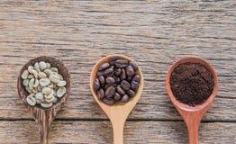 Frische Kaffeebohnen, Röstkaffee, gemahlener Kaffee, hölzerner Löffel Lizenzfreies Stockbild