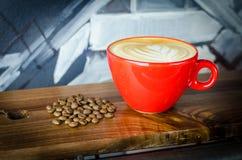 Frische Kaffeetasse mit frischen Röstkaffeebohnen Stockfotos