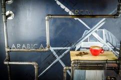 Frische Kaffeetasse mit Kaffeebohnen Stockbilder