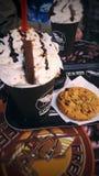 Frische Kaffeetassen und Kaffeebohnen herum Lizenzfreies Stockfoto