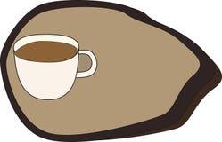 Frische Kaffeetassen und Kaffeebohnen herum Stockfotos