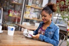 Frische Kaffeetassen und Kaffeebohnen herum Lizenzfreies Stockbild