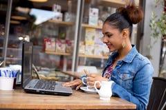 Frische Kaffeetassen und Kaffeebohnen herum Lizenzfreie Stockfotografie