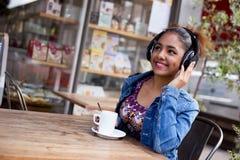 Frische Kaffeetassen und Kaffeebohnen herum Lizenzfreie Stockfotos