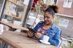 Frische Kaffeetassen und Kaffeebohnen herum Stockbild