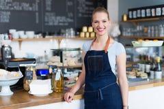 Frische Kaffeetassen und Kaffeebohnen herum Lizenzfreie Stockbilder