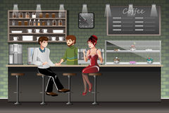 Frische Kaffeetassen und Kaffeebohnen herum städtisches Gesellschaftskonzept Stockbild