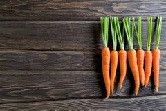 Frische Karotte auf einem dunklen hölzernen Hintergrund Stockfoto