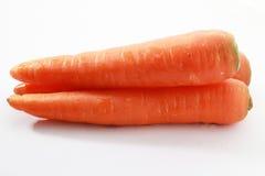 Frische Karotte lokalisiert auf einem weißen Hintergrund stockfotografie