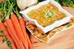 Frische Karotte- und Currysuppe, geschmückt mit Gewürzen Lizenzfreies Stockfoto