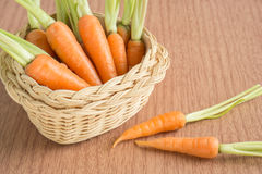Frische Karotten auf hölzernem Hintergrund Lizenzfreie Stockfotografie