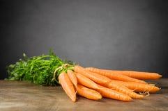 Frische Karotten auf Holztisch Stockbild
