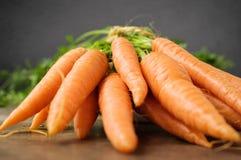 Frische Karotten auf Holztisch Lizenzfreie Stockfotos