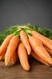 Frische Karotten auf Holztisch Lizenzfreies Stockbild
