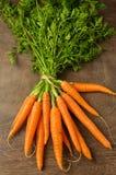 Frische Karotten auf Holztisch Lizenzfreie Stockfotografie