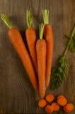 Frische Karotten hoch im sandigen Boden stockfoto
