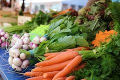 Frische Karotten und Perlen an einem Landwirtmarkt in Frankreich, Europa Italienische Karotten Französischer Markt der Straße an  Lizenzfreie Stockbilder