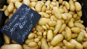 Frische Kartoffel für Verkauf im Markt Stockbilder