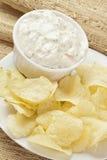 Frische Kartoffelchips mit Ranch-Bad Stockfoto