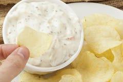 Frische Kartoffelchips mit Ranch-Bad lizenzfreie stockfotografie