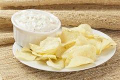 Frische Kartoffelchips mit Ranch-Bad lizenzfreie stockfotos
