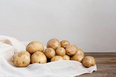 Frische Kartoffeln auf dem Holztisch Stockfotos