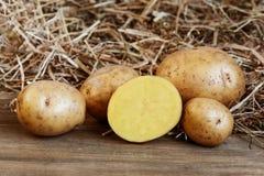 Frische Kartoffeln auf dem Holztisch Lizenzfreie Stockbilder