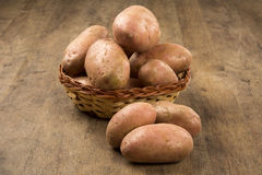 Frische Kartoffeln auf rustikalem hölzernem Hintergrund Lizenzfreies Stockbild
