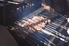 frische Kebabs auf dem Grill Stockfotos