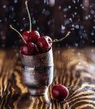 Frische Kirsche mit Wassertropfen Neuer Kirschhintergrund Gesundes Nahrungsmittelkonzept Lizenzfreie Stockfotos