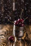 Frische Kirsche mit Wassertropfen Neuer Kirschhintergrund Gesundes Nahrungsmittelkonzept Stockfoto