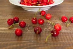 Frische Kirschen auf dem Holztisch Stockbild