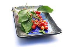 Frische Kirschen auf einer Platte Stockfotografie