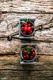 Frische Kirschen auf Holz Stockfoto