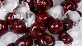 Frische Kirschen gemischt mit Eis stock footage