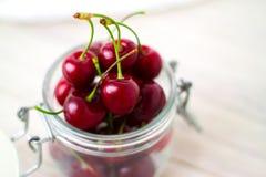 frische Kirschen im Glas für selbst gemachte konservierte Kirschmarmelade, Konserven für Winter - süßes Essen, Nachtisch- und Leb lizenzfreies stockbild