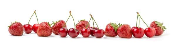 Frische Kirschen und Erdbeeren auf Weiß Lizenzfreies Stockfoto