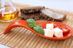 Frische Kirschtomaten grünen Basiliken und chees auf Toast Lizenzfreie Stockfotos