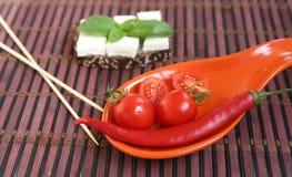 Frische Kirschtomaten und -paprika auf Platte Lizenzfreie Stockfotos