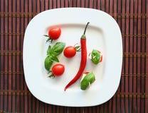 Frische Kirschtomaten und -paprika auf Weiß Stockfotos