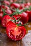 Frische Kirschtomaten wuschen Trinkwasser Schneiden Sie frische Tomaten Stockbild