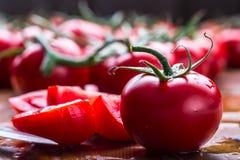 Frische Kirschtomaten wuschen Trinkwasser Schneiden Sie frische Tomaten Stockfotografie